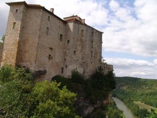 la fassade coté falaise du château de Bruniquel , une visite s'impose
