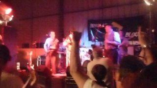 Les singlars blue en concert le samedi soir , aye , aye , aye , affreux....