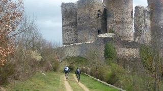 chemin sous les ruines du château de Domeyrat